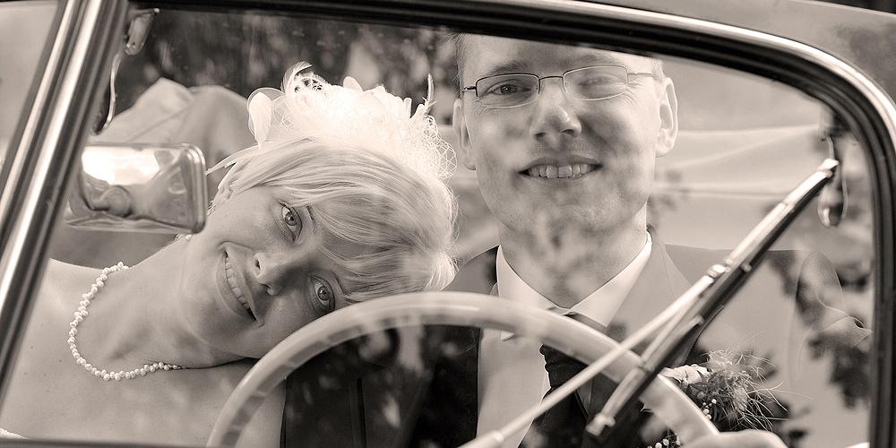 Hochzeitspaar verträumt im Oldtimer IFA F8 Cabriolet