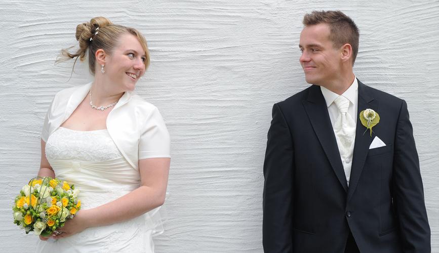 Hochzeit auf Schloss Weesenstein · Braut und Bräutigam an der Schlossmauer